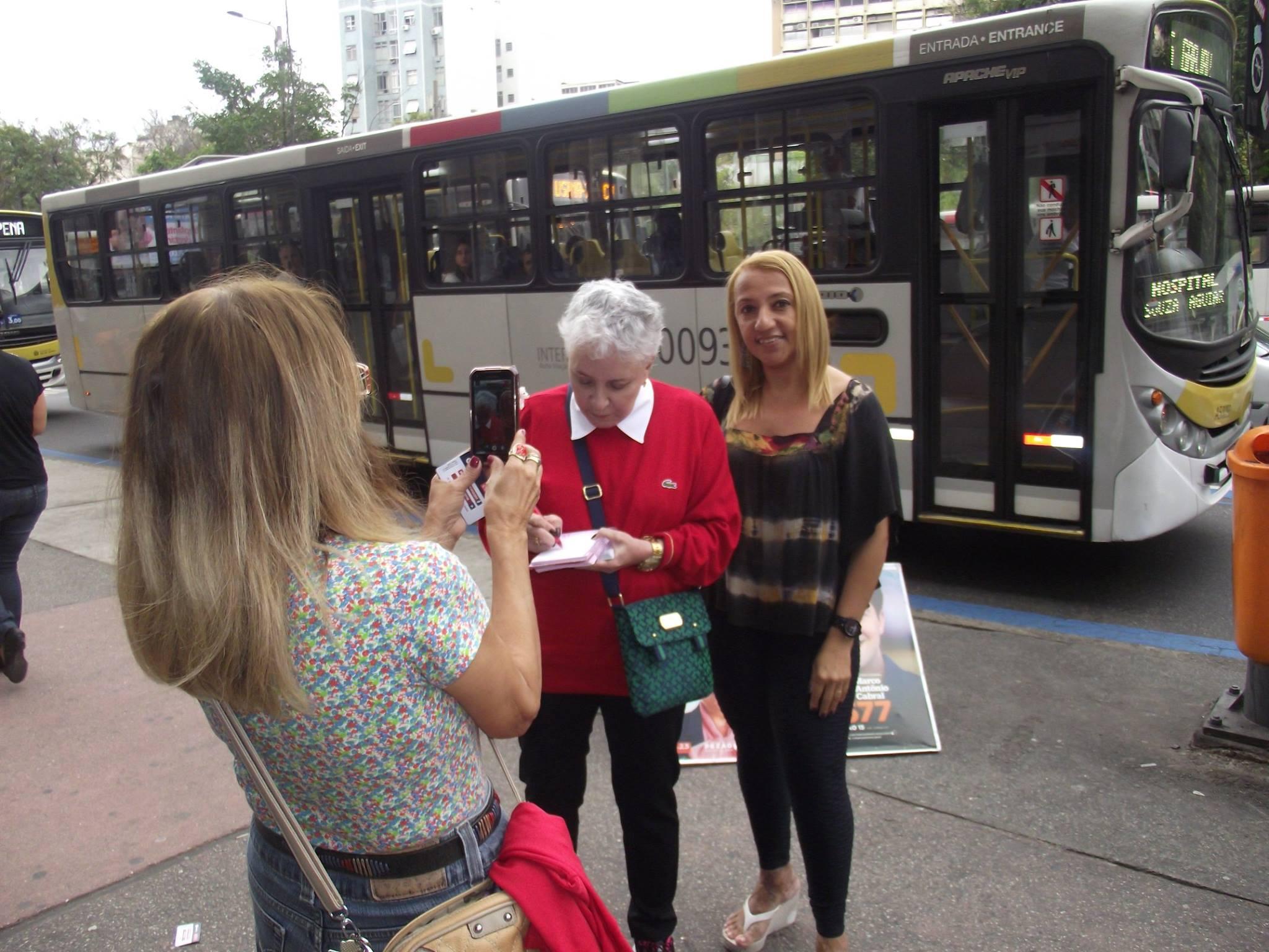 Caminhada de Cidinha na Praça Saens Peña se transforma em tarde de autógrafos a tijucanos